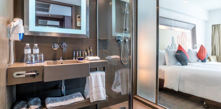 novotel-bangkok-fenix-silom-guest-room-deluxe-bathroom-2