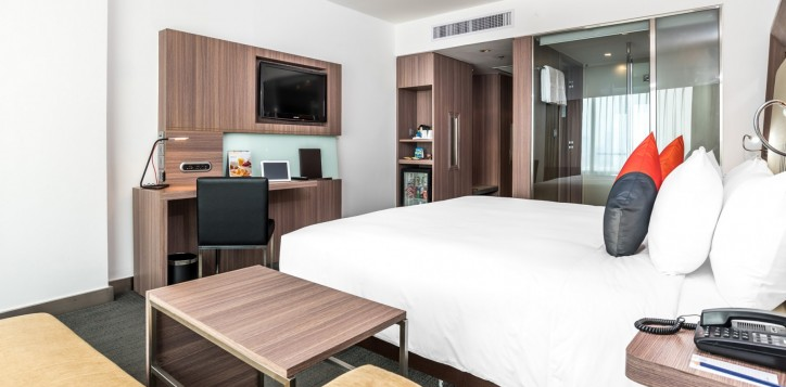 novotel-bangkok-fenix-silom-guest-room-deluxe-king-bed-and-tv-2