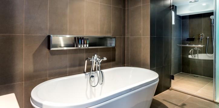 novotel-bangkok-fenix-silom-guest-room-suite-bathroom-2