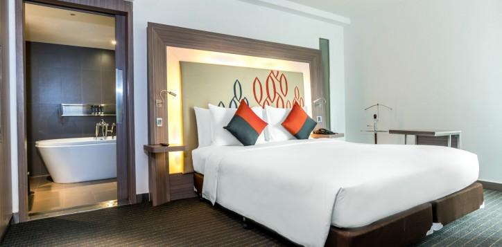 novotel-bangkok-fenix-silom-guest-room-suite-bedroom-2