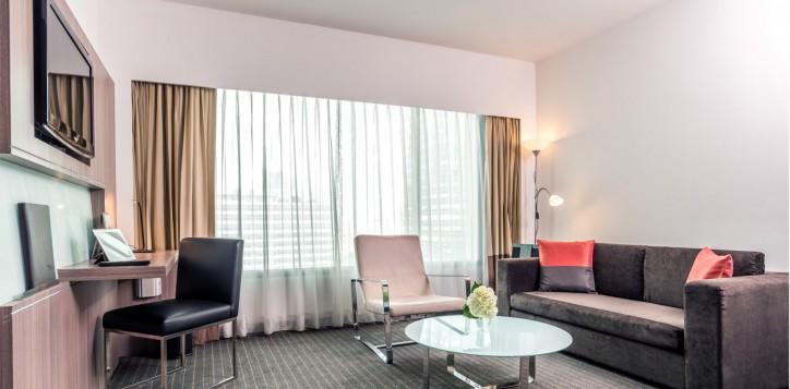novotel-bangkok-fenix-silom-guest-room-suite-living-area-2