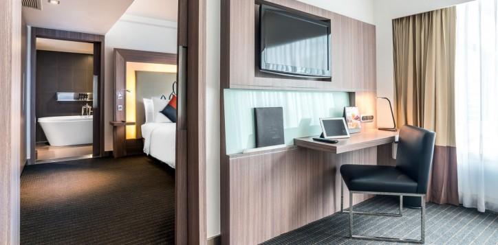 novotel-bangkok-fenix-silom-guest-room-suite-tv-2