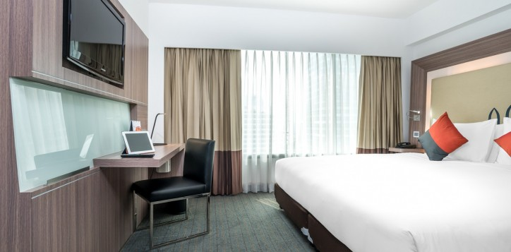 novotel-bangkok-fenix-silom-guest-room-superior-room-king-bed-and-tv-2