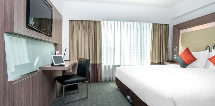 novotel-bangkok-fenix-silom-guest-room-superior-room-king-bed-and-tv-2
