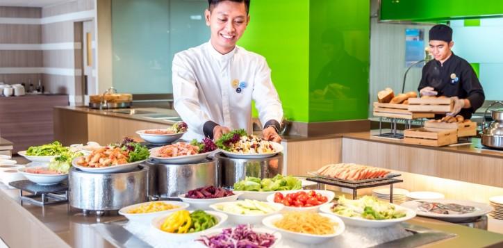 novotel-bangkok-fenix-silom-the-square-buffet-line-2
